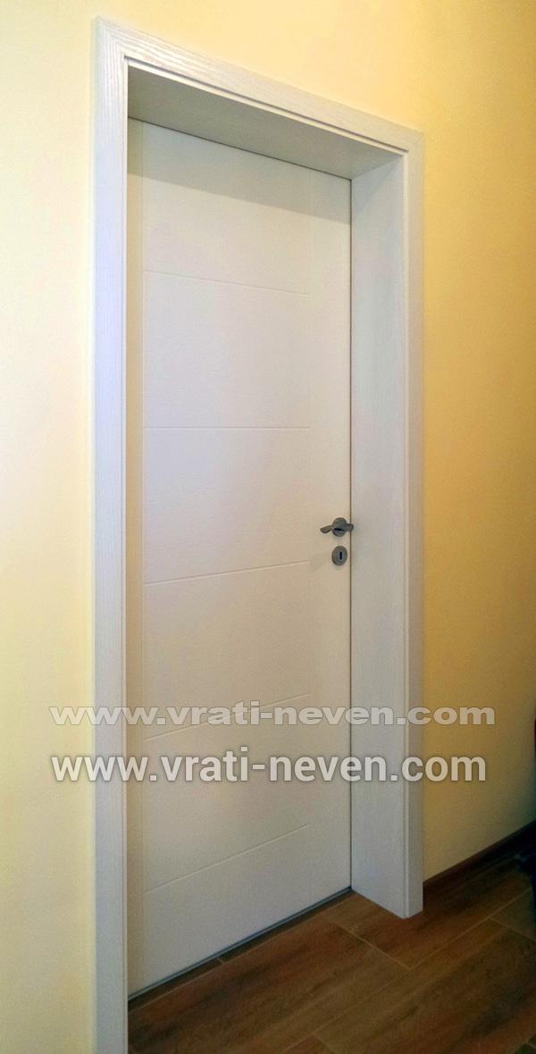 снимка на инсталирана бяла интериорна врата на наш обект в град Варна