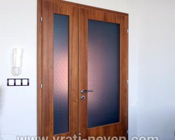 двойна дървена интериорна врата със стъкло друг изглед