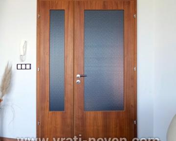 двойна дървена интериорна врата със стъкло