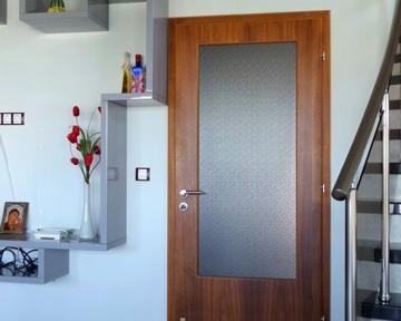 дървена интериорна врата със стъкло