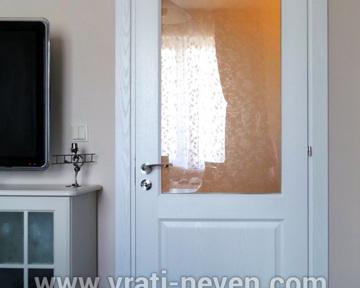 бяла интериорна врата със стъкло