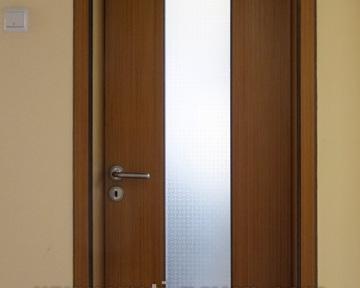 интериорна врата с дървен мотив и стъкло